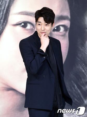 韓国俳優ソ・ジソクが、性的暴行容疑で逮捕されたカン・ジファンの代役でドラマ「朝鮮生存記」への出演を検討している。(提供:news1)