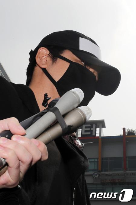 """""""麻薬検査""""報道の性暴行容疑カン・ジファン、質問に無言のまま検察へ"""