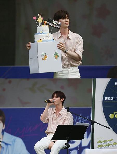 「NU'EST」 ミンヒョン、ファンと共にした甘い夜…誕生日にサプライズイベントを開催(提供:OSEN)
