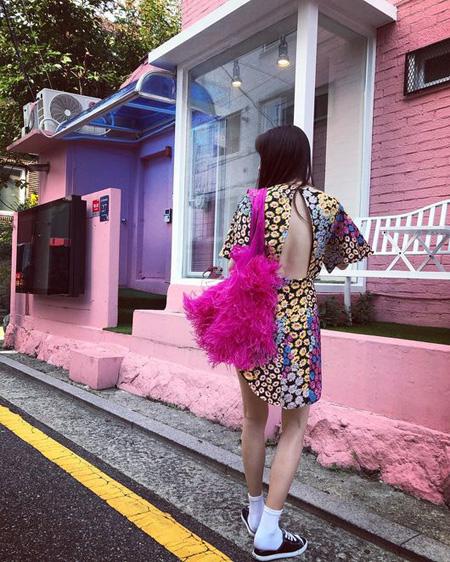 """歌手ヒョナ、背中全開ファッションできょうも""""ヒョナスタイル""""(画像:OSEN)"""