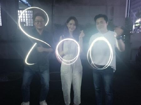 チョ・ジョンソクとユナ(少女時代)、映画「EXIT」800万人突破の記念に花火認証ショット! (提供:news1)