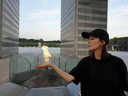 韓国女優キム・ソヨンが、美女のオーラあふれる彫刻のような横顔写真を公開して話題になっている。 (写真提供:OSEN)