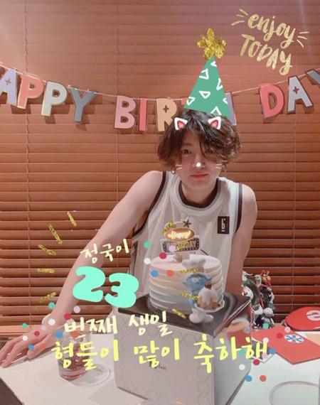 韓国アイドルグループ「防弾少年団(BTS)」JUNG KOOK(ジョングク)がメンバーらの愛をたっぷり受けながら誕生日を満喫した。(提供:OSEN)