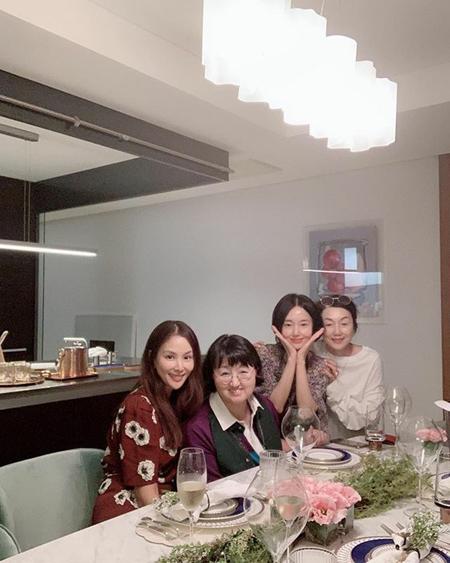 韓国女優コ・ソヨンが、後輩女優イ・ジョンヒョンの新居を訪問した様子を公開した。 (写真提供:OSEN)