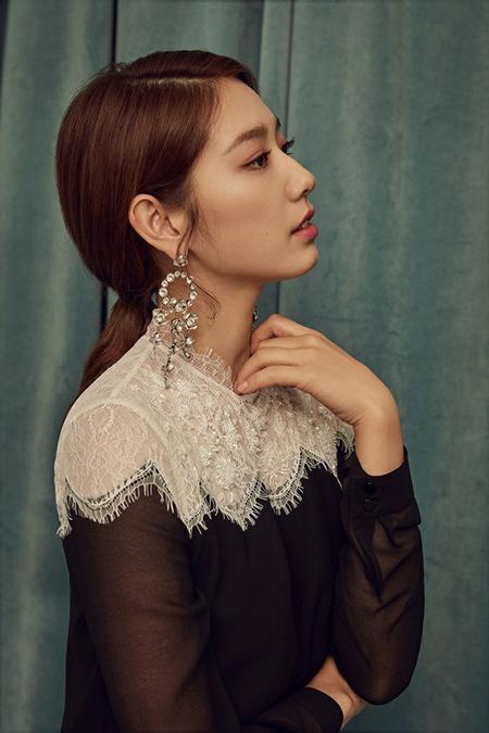 韓国女優パク・シネが、シックで優雅な魅力を放ったグラビアを公開して話題になっている。(写真提供:OSEN)