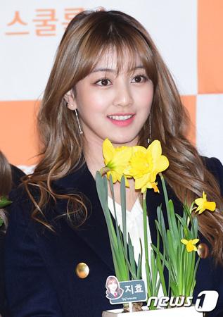 日韓のアイドルグループTWICEの韓国人メンバーの ジヒョが負傷した。日本から韓国に帰国途中、金浦空港でのこと。