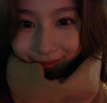 サナ(TWICE)、どアップセルフィーでも笑顔いっぱいの輝く美貌、現在ワールドツアー開催中(提供:OSEN)